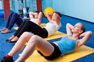 Девушки делают гимнастику