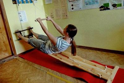 Упражнение на наклонной доске