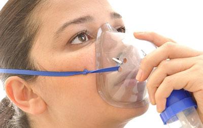 Девушка в кислородной маске